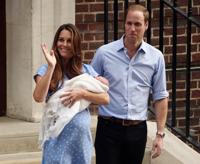 Le-Prince-William-sa-femme-Kate-et-leur-fils-a-la-sortie-de-l-hopital-le-23-juillet_portrait_w674 (1)